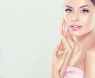 Das Porträt der jungen Frau mit sauberer frischer Haut und weiche, empfindlich bilden stockfotografie