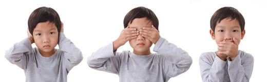 Das Porträt des Jungen stehend schließend die Augen mouth und Ohren Isolat stockfotografie