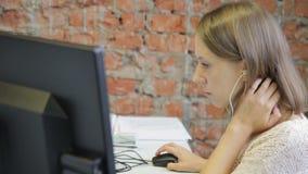 Das Porträt des jungen weiblichen hörenden Soziologen das Skript des interwiew mit ihren Kopfhörern stock footage