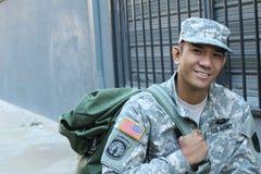 Das Porträt des lächelnden Soldaten der AMERIKANISCHEN Armee mit Kopienraum auf dem links lizenzfreies stockfoto