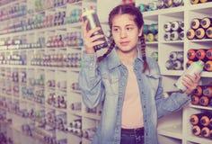 Das Porträt des Mädchens Farbenfarbe im Aerosol wählend kann in Kunst sho Lizenzfreie Stockfotografie