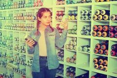 Das Porträt des Mädchens Farbenfarbe im Aerosol wählend kann in Kunst sho Stockbild