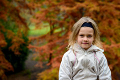 Das Porträt des Mädchens im Herbstpark Lizenzfreie Stockbilder