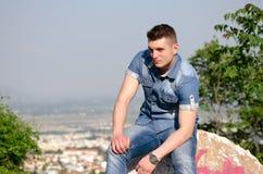 Das Porträt des Mannes, kleine Stadt als Hintergrund Lizenzfreie Stockfotos