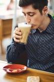 Das Porträt des Mannes mit Kaffee Latte stockfotografie