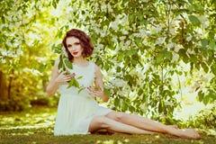 Das Porträt dieses leichten, sinnlichen und sexy Brunettemädchens mit Lizenzfreies Stockfoto