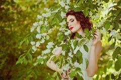 Das Porträt dieses leichten, sinnlichen und sexy Brunettemädchens mit Stockfoto