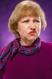 Das Porträt einer unzufriedenen älteren Frau Stockfotos