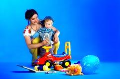 Das Portrait eines kleinen Jungen und seiner Mutter Stockfotos