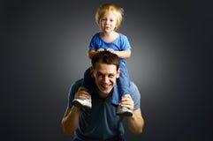 Das Portrait eines kleinen Jungen und seines Vaters Lizenzfreies Stockfoto