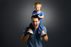 Das Portrait eines kleinen Jungen und seines Vaters Stockfoto