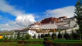 das Potala-Palast mitten in der Stadt stockbild