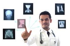 Das professionelle medizinische Schauen und konsultieren die Untersuchung eines geduldigen ` s Röntgenfilms Lizenzfreie Stockfotos