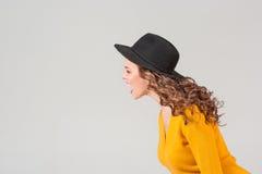 Das Profil des Mädchens im Hut Stockfoto