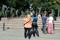Das Publikum an der Skulptur M M Shemyakin-Kinder - Opfer von erwachsenen Lastern Stockbild
