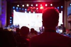 Das Publikum, welches das Konzert auf Stadium aufpasst lizenzfreie stockbilder