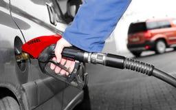 Das pumpende Benzin des Treibers. stockfotos