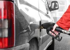 Das pumpende Benzin des Treibers. stockfotografie