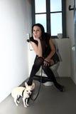 Das Punkmädchen ist in der Toilette mit seinem Hund Lizenzfreie Stockfotografie