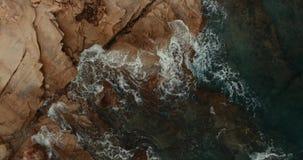 Das quadcopter schießt entlang einem felsigen Ufer, das durch enorme Wellen gewaschen wird Steinküste, die das Mittelmeer wäscht stock video