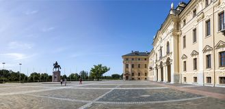 Das Quadrat vor dem Konstantinovsky-Palast im Zustands-Komplex 'Palast von Kongressen im Dorf von Strelna, St.-Haustier lizenzfreies stockbild