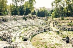 """Das römische Amphitheater von †Syrakus Siracusa """"Ruinen im archäologischen Park, Sizilien, Italien lizenzfreie stockfotos"""