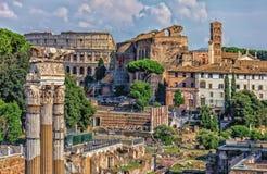 Das römische Forum, Ansicht über das Kolosseum, der Tempel von Venus Genetrix Ruins, der Tempel von Venus und von Rom und der Tur lizenzfreies stockbild