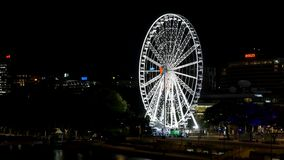 Das Rad von Brisbane Ferris Wheel nachts von Victoria Bridge stock video footage