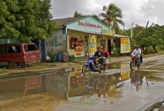 Das Radfahren auf Regen tränkte Straße in den Tropen Stockfoto