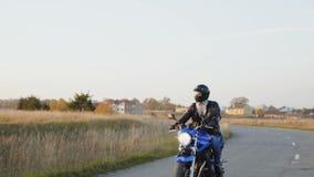 Das Radfahrerreiten auf einem motocycle auf der Straße am sonnigen Tag 4K stock footage