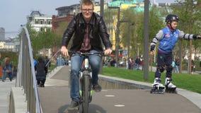 Das ` Radweg ` auf der Pflasterung und viele Radfahrer in der Stadt parken stock video