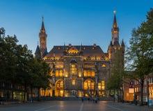 Das Rathaus von Aachen-Stadt an der blauen Stunde Lizenzfreies Stockbild