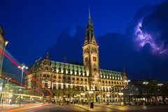 Das Rathaus von Hamburg-Stadt während eines Gewitters Lizenzfreie Stockbilder