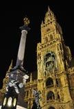Das Rathaus von München im Bayern nachts Lizenzfreie Stockfotos