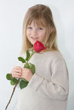 Das recht blonde Mädchen, das ein Rotes anhält, stieg. Lizenzfreie Stockfotografie