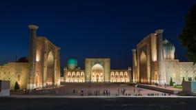 Das Registan nachts in Samarkand, Usbekistan Stockfotografie