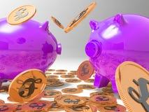 Das Regnen der Münzen auf Piggybanks zeigt Reichtum Lizenzfreies Stockfoto