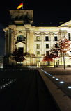 Das Reichstag vom Flussufer nachts Lizenzfreie Stockbilder