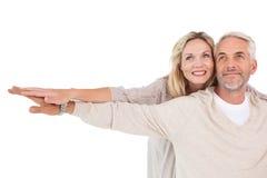 Das reife Paarverbreiten teilt aus Lizenzfreie Stockfotos