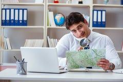 Das Reisebüro des Geschäftsmannbetreibers, das im Büro arbeitet stockfotos
