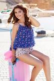 Das Reisendmädchen, das geht, macht mit rosa Koffer Urlaub Lizenzfreie Stockfotos
