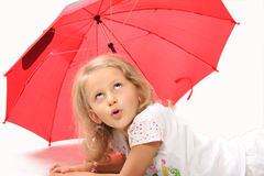 Das reizend kleine Mädchen mit rotem Regenschirm Stockfoto