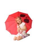 Das reizend kleine Mädchen mit rotem Regenschirm Lizenzfreie Stockfotos