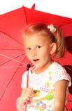 Das reizend kleine Mädchen mit rotem Regenschirm Stockfotos