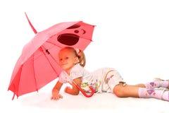 Das reizend kleine Mädchen mit rotem Regenschirm Lizenzfreies Stockbild