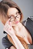 Das reizend Mädchen in den Gläsern stockfotos