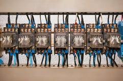 Das Relais ist mit Drähten und einem Kabel elektrisch Industrieller Hintergrund lizenzfreie stockfotos