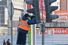 Das Reparaturteam von Elektrikern überprüft die Regelung des traf lizenzfreie stockfotos