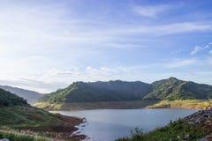 Das Reservoir ist zwischen dem Tal Lizenzfreie Stockfotos