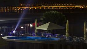 Das Restaurant auf dem Hintergrund der Brücke stockfotos